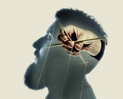 Hombre manipulado