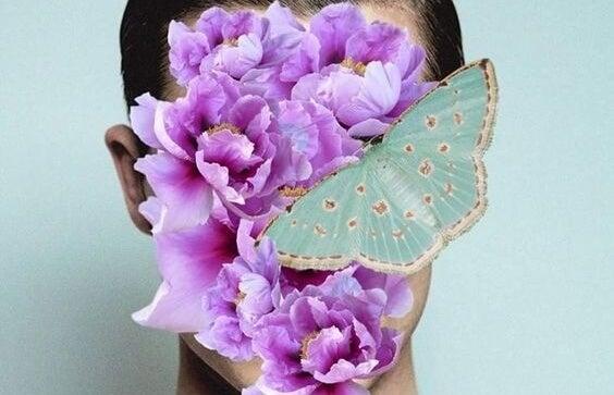 hombre con mariposa y flores en el rostro