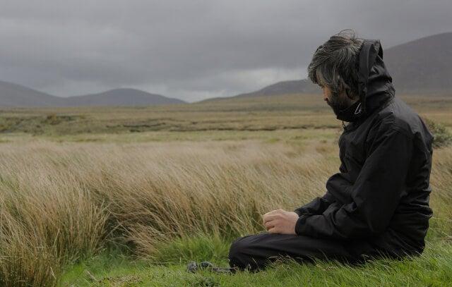 Hombre en silencio en el campo simbolizando el miedo está dominando tu vida