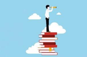 Hombre encima de libros pensando en cómo estudiar mejor