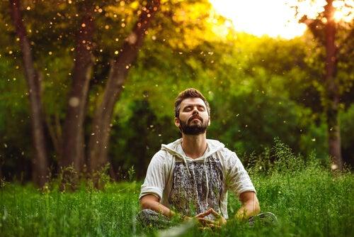 Hombre haciendo meditación