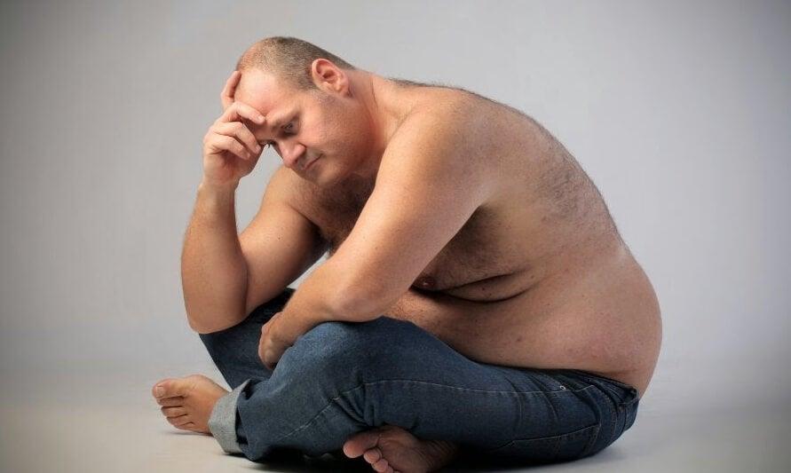 hombre triste con sobrepeso