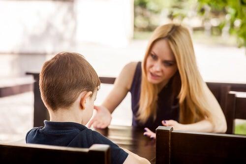 Madre enfadada con su hijo por un estilo de crianza autoritario