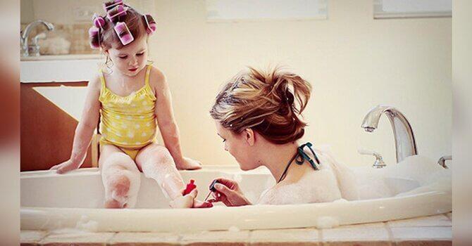 Madre pintando uñas de su hija
