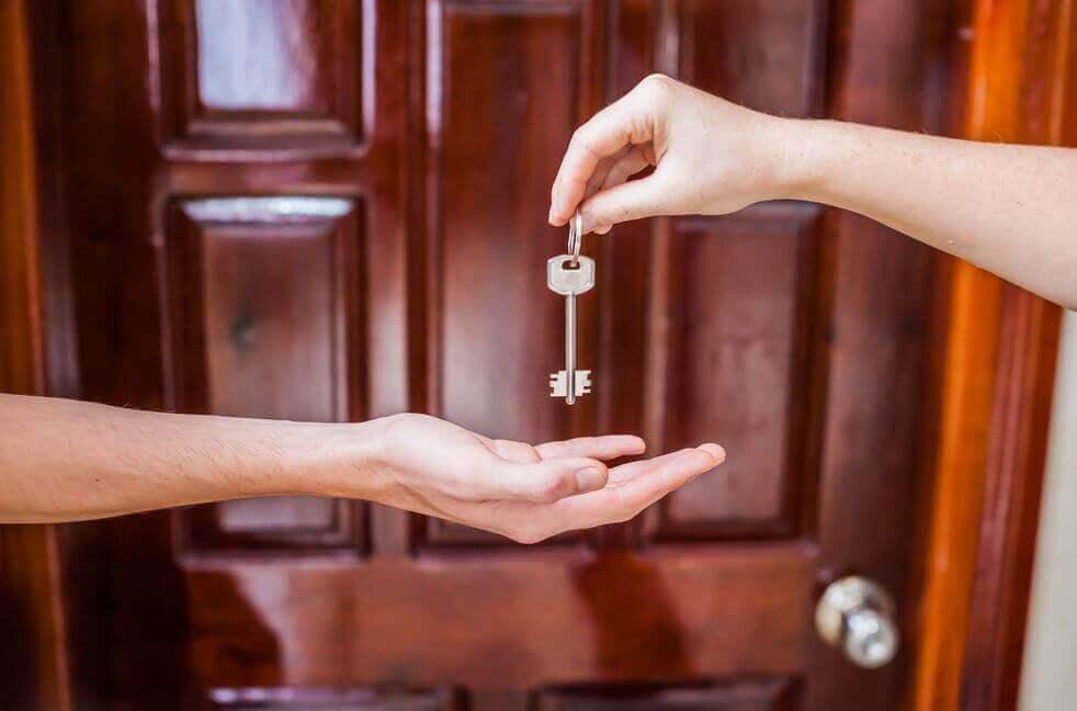 Mano dando una llave a otra