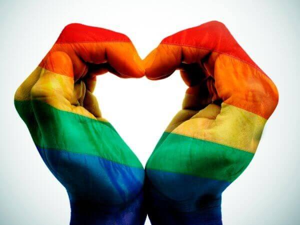 Manos con los colores de la bandera del orgullo gay