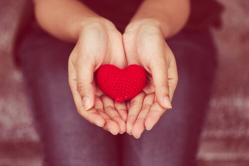 Manos con un corazón como símbolo de la comunicación no violenta