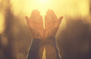 Manos de una persona rezando