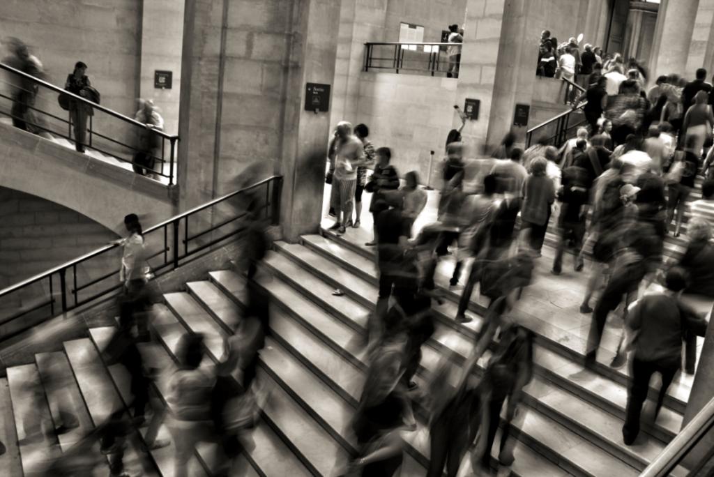 Mucha gente bajando y subiendo escaleras