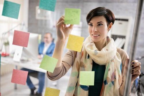 Mujer apuntando en notas