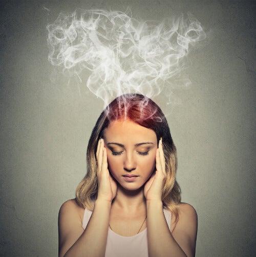 mujer aquejada de niebla cerebral