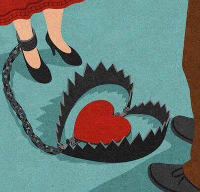 Mujer con la pierna atrapada en un trampa con un corazón