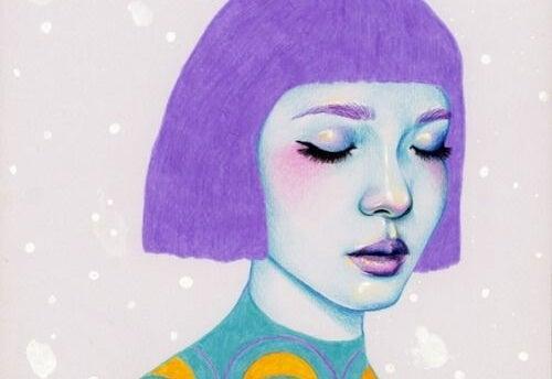 mujer con el pelo violeta