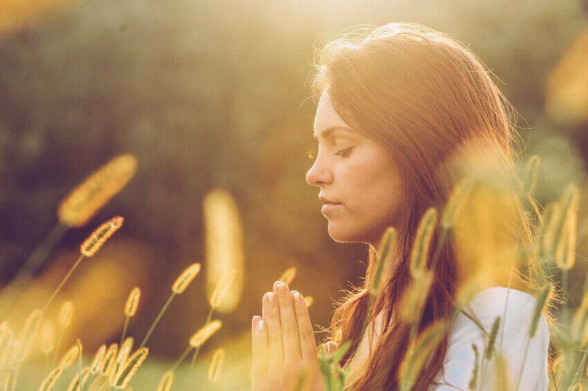 Mujer con los ojos cerrados meditando buscando su espacio