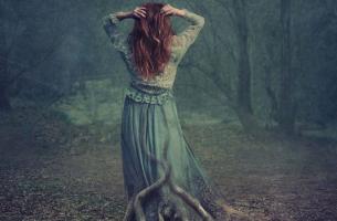 mujer con raíces de árbol que sufre depresión encubierta