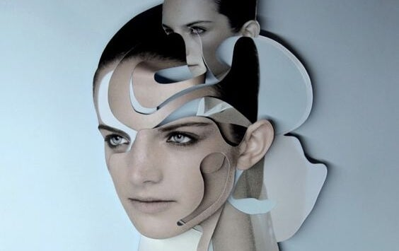 mujer con rostro entrecortado