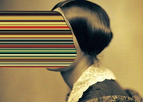 mujer con rostro proyectado