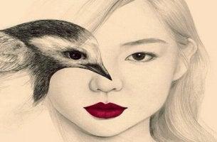 mujer con un pájaro que experimenta sugestión