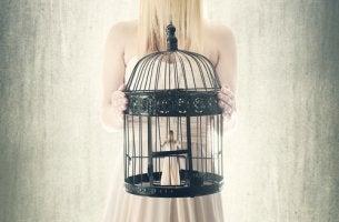 Mujer con una jaula