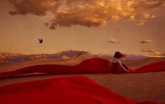 Mujer con vestido rojo en el desierto