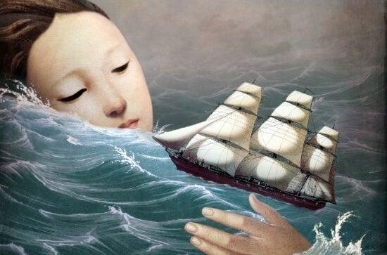mujer en el océano con barco