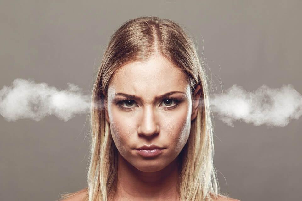 Mujer que sufre enfados frecuentes