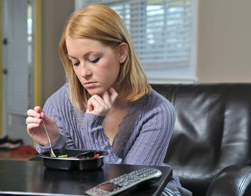 Mujer con enfermedad cenando