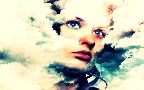 mujer envuelta en nubes pensando en la sugestión
