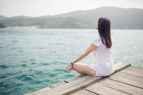 Mujer meditando y practicando la técnica del anclaje
