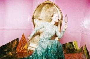 Mujer mirándose al espejo pensando en sus limitaciones