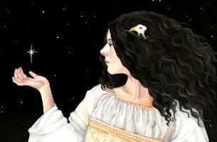 mujer morena con carácter sosteniendo estrella en la mano