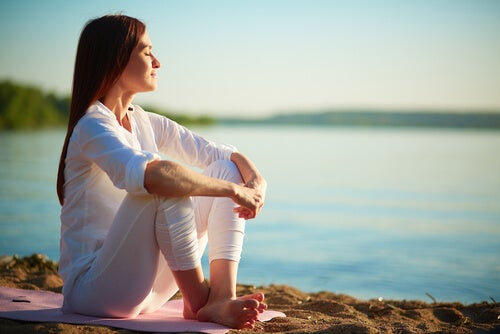 Mujer pensando en empezar a meditar