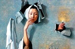 mujer a la que le gusta fumar saliendo de un agujero