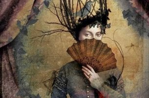 mujer que se tapa cara con abanico representando el síndrome de Procusto