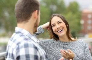 Mujer recibiendo elogios de su amigo