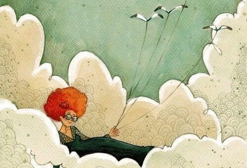 mujer sujetando con hilos tres pájaros