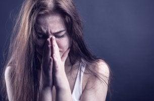 Mujer triste víctima de la droga