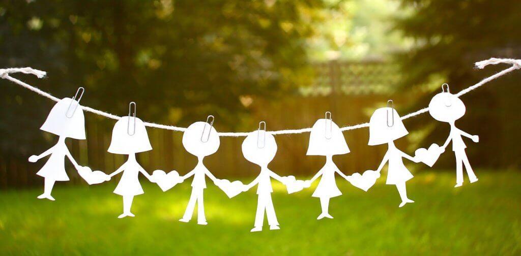 Muñecos de papel unidos con corazones