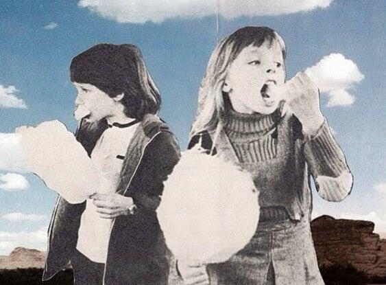 niños comiendo nubes de algodón