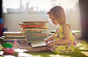 Niña con libros para educar a niños