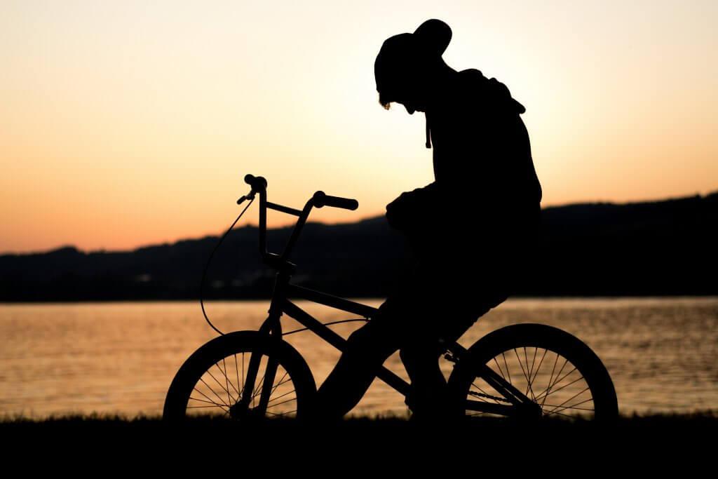 Niño en la bici triste por duelo