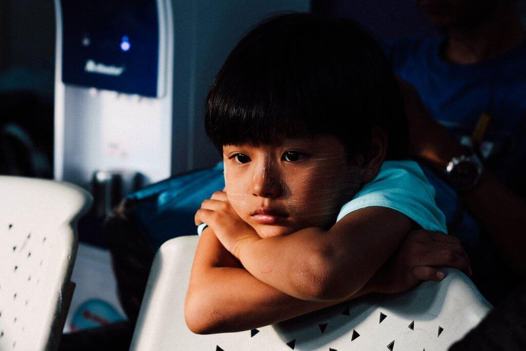 Niño triste con problemas emocionales