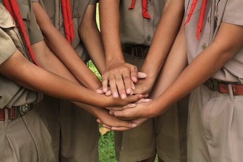 Niños juntando sus manos