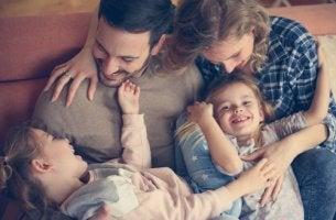Padres con sus hijos felices aplicando la autoridad positiva