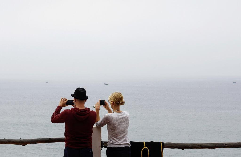 Pareja con móvil haciendo fotos