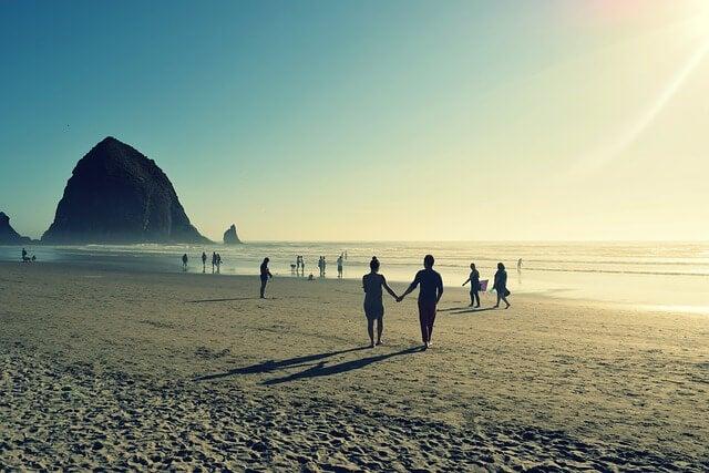 Pareja en la playa agarrada de la mano