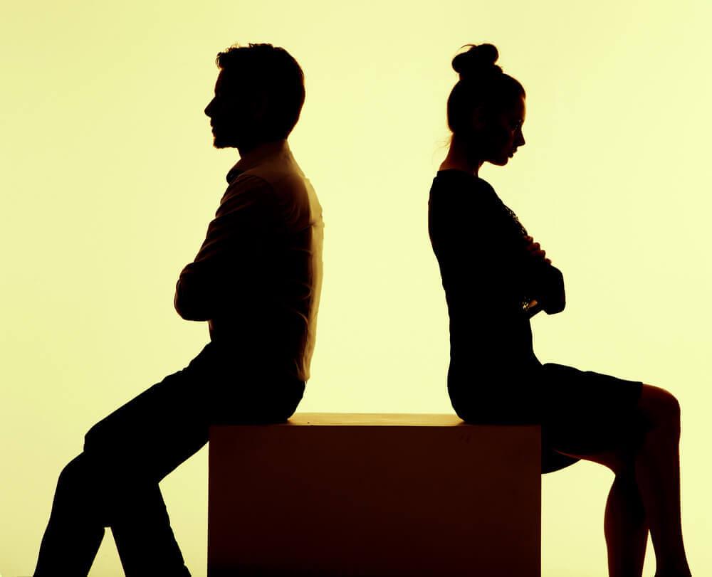 Pareja enfadada por sus diferencias sobre la relación de pareja
