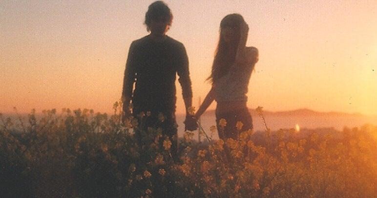 pareja joven en el campo