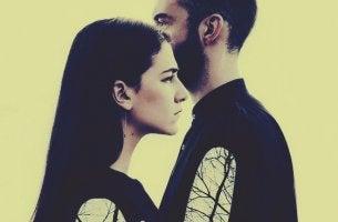 pareja que no se mira pensando en dejar de hablarle al ser amado