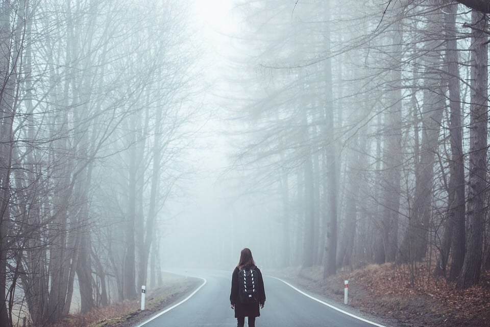Mujer caminando siguiendo a su intuición